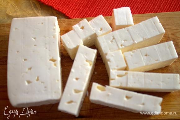 Брынзу или подобный сыр нарезать на кубики.