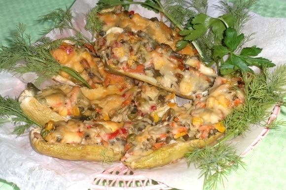 Кабачки, фаршированные овощами, готовы.