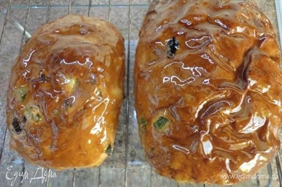 Сразу же смазать горячим сиропом чайный хлеб при помощи кисточки.
