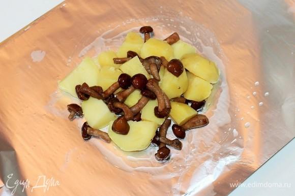 Нарезаем очень плотную фольгу размером 30х40 (для 1 конверта) или берем двойной слой тонкой фольги (для 1 конверта). Получилось 4 заготовки фольги на 4 порции. Смазываем фольгу растительным маслом и выкладываем на каждую 1/4 часть начинки.