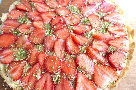 Немного измельченных фисташек и первый слой желе. После этого тарт надо убрать в холодильник на 30–40 минут.
