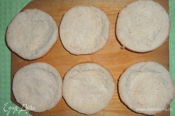 Из булочек выбрать часть мякиша, чтобы получились небольшие углубления. Мякиш можно заморозить и использовать для приготовления других блюд, например, котлет, запеканок, пудингов и т. д.