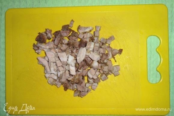 Буженину нарезать мелкими кубиками. Я использовала домашнюю буженину. Также можно использовать любые мясные продукты.