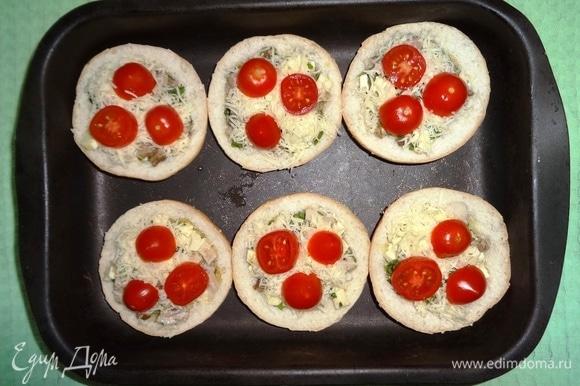 На сыр выложить кружки черри. Поставить форму с закуской в духовку, разогретую до 180°C, на 5–7 минут.