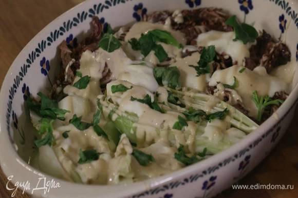 Горячие овощи с моцареллой полить заправкой, посыпать порванным руками базиликом и подавать.