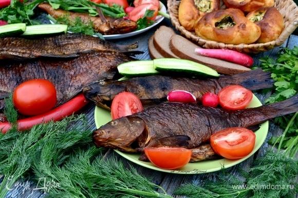 Подать рыбу на блюде с овощами. Это 2 линя!