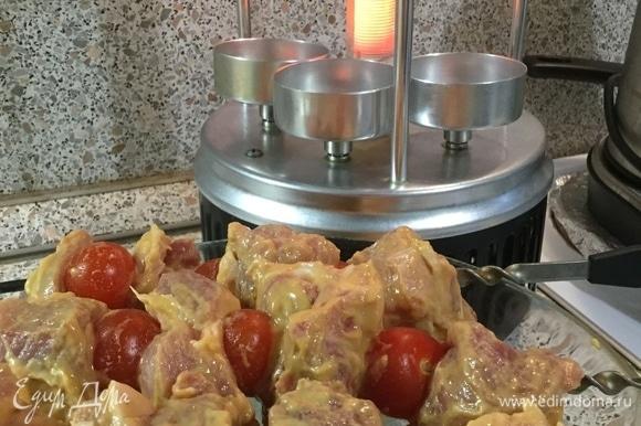 Подготовив шампуры с мясом, мы ставим их в электрическую шашлычницу.