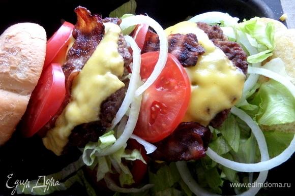 Можно поставить стоя и закрепить шпажкой, как тут: https://www.edimdoma.ru/retsepty/97724-dvoynoy-chiken-burger-na-rzhanoy-chiabatte, а я покажу «лежачий» вариант.