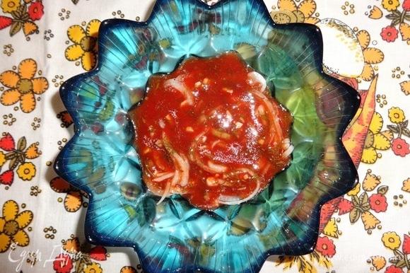 Залить продукты частью томатного маринада.