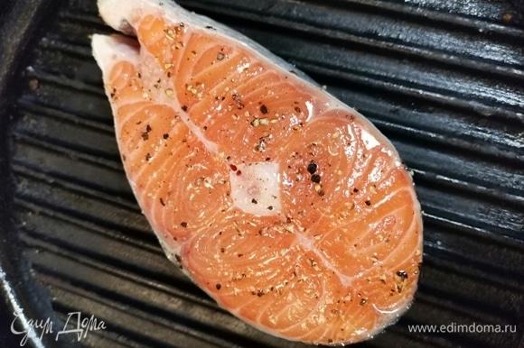 Отправляем на предварительно разогретую сковородку-гриль с маслом и следим за рыбкой.