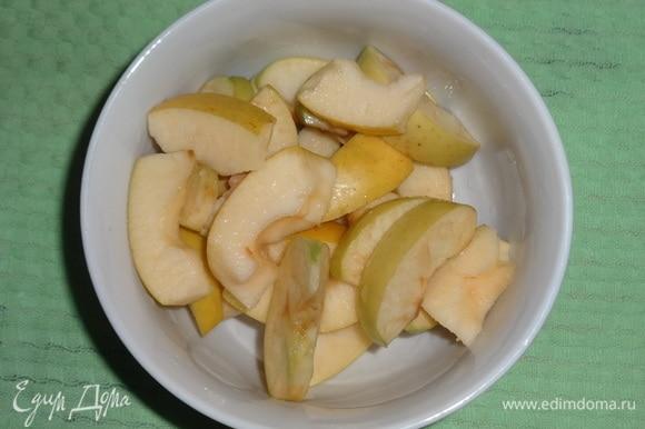 Сложить яблоки в миску и полить соком половины лимона.