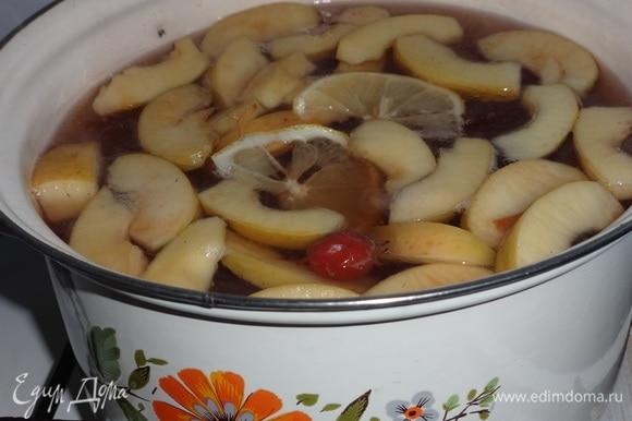 Положить в кастрюлю кружки лимона, оставшиеся целые ягоды боярышника. Варить 5 минут и снять с огня. Дать напитку остыть до комнатной температуры, можно поставить в таз с холодной водой. Затем поставить в холодильник для охлаждения.