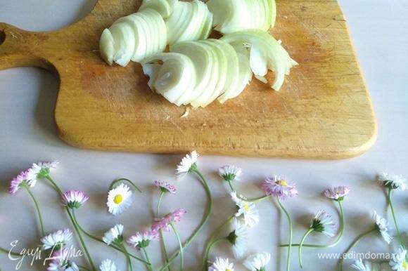 Для карамелизированного лука нарежем лук полукольцами.