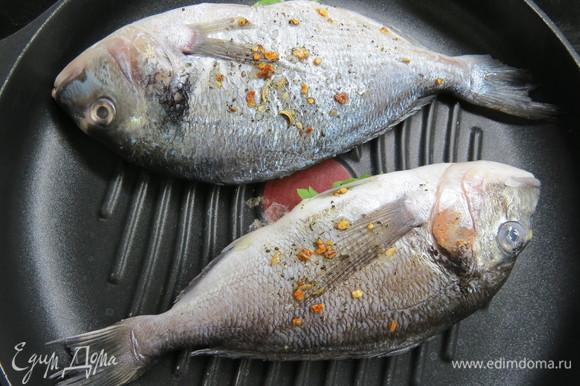 Жарить на разогретой сковороде-гриль по 7–10 минут с каждой стороны в зависимости от размера рыбы.