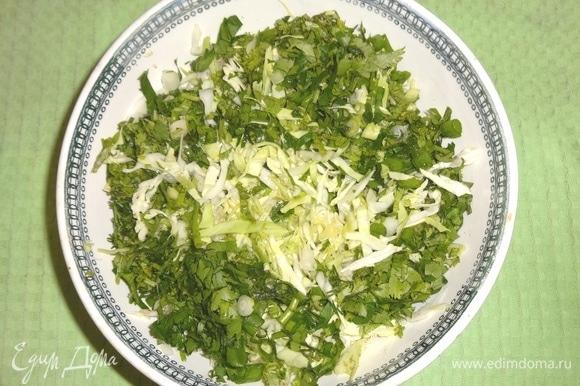 Нарезанную зелень положить в чашку с капустой, перемешать.