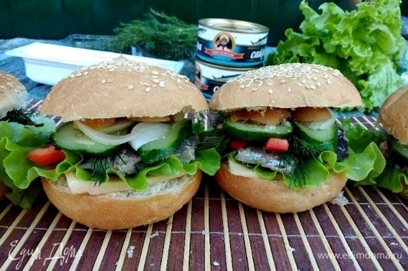 Сочный гамбургер для дома, в походе, в деревне, с собой на работу готов! И не переживаем в нашу жару за здоровье родных и близких, так как о качестве и сохранности рыбки позаботилась ТМ «Капитан Вкусов».