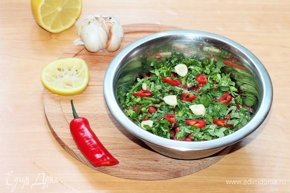 Добавляем оставшийся перчик чили (1/2 шт.), томатный кетчуп, 1 порубленный зубчик чеснока, соевый соус (1 ст. л.), лимонный сок и 1–2 ст. л. оливкового масла, перемешиваем.