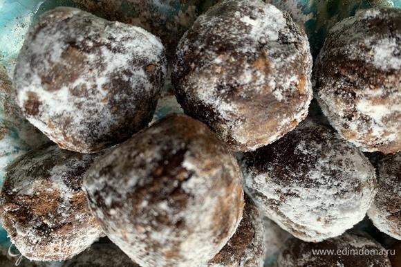Другую часть — в сахарной пудре. Кто любит кокосовую стружку, можно обвалять шарики в ней.