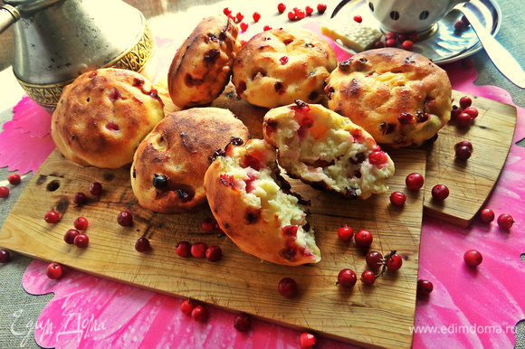 А можно начать утро с таких сырничков-булочек: https://www.edimdoma.ru/retsepty/76987-tvorozhniki-s-brusnikoy. Начинки можно менять.