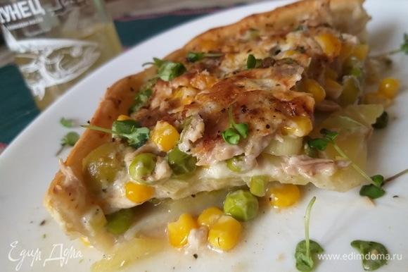 Вкус у него сливочно-овощной, сладко-соленый, рыбный, пряный. А текстура мягкая и вместе с тем хрустящая. Такая необычная палитра вкусов получилась благодаря большому количеству удачно сочетаемых между собой разных ингредиентов как внутри самого пирога, так и в его салатной «надстройке». Живите вкусно!)