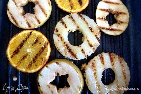 Разогреть сковороду-гриль и обжарить кольца фруктов с двух сторон до румяных полосочек.