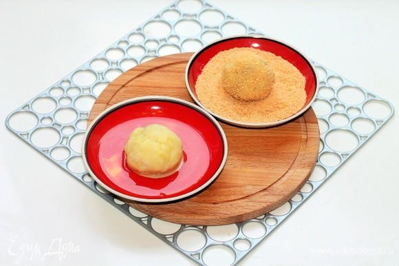 Взбить вилкой яйцо со щепоткой соли. Каждый биточек макаем в яйцо, а затем обваливаем в сухарях.