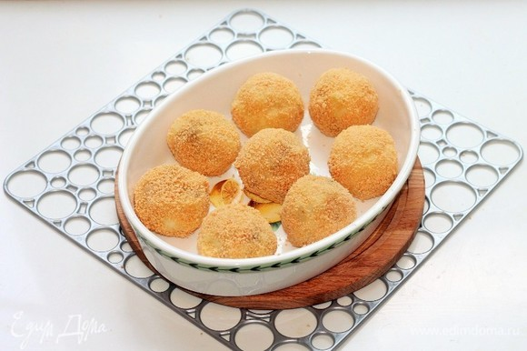Смазываем форму для выпечки растительным маслом и выкладываем шарики.