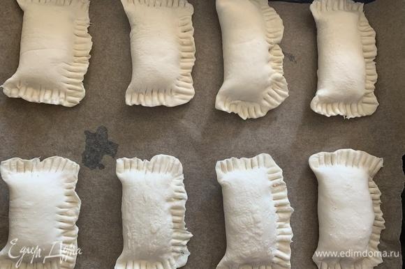 Сделать пирожки любой формы, которые вам нравятся. Духовку разогреть до 180°C, выпекать 20–30 минут.
