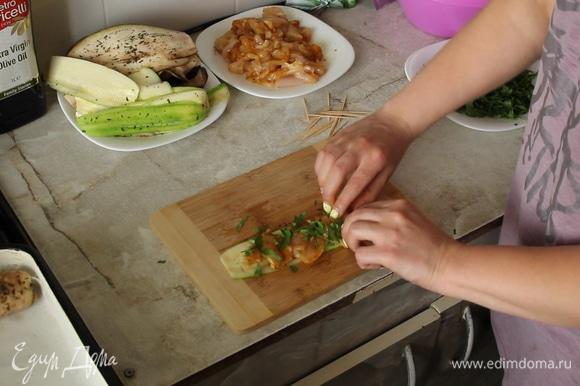 Формируем рулетики: на слайс кабачка или баклажана выкладываем мясо, посыпаем петрушкой, заворачиваем и кладем в форму.