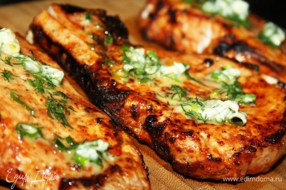 Готовятся стейки очень быстро — буквально 8–10 минут на нормальных углях. Выложить на деревянную доску, смазать зеленым маслом и подождать 2–3 минуты. Для приготовления зеленого масла нужно смешать сливочное масло с солью и мелко нарубленной зеленью лука и укропа, выложить на пищевую пленку массу, скатать в колбаску и убрать в морозилку.