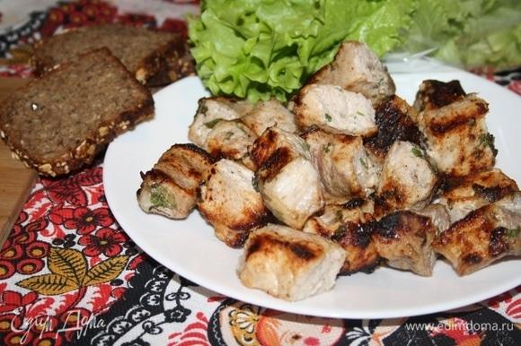 Подать шашлык горячим со свежей зеленью. Приятного аппетита!