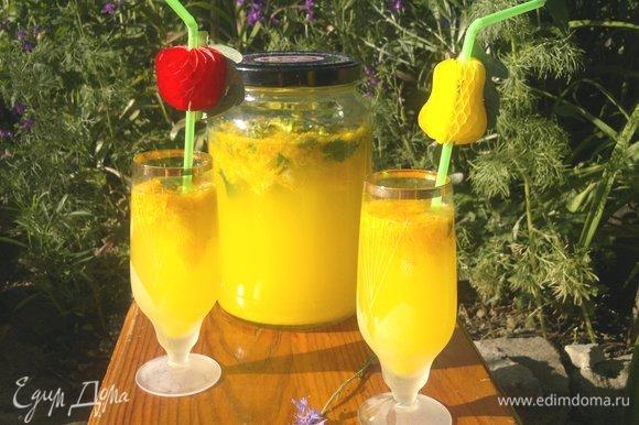 На пикнике наслаждаемся изумительным вкусом. Крюшон обычно подается в бокалах на ножках, на пикнике можно подать в стаканах. Пить через трубочку. Угощайтесь! Приятного аппетита! Веселого лета!