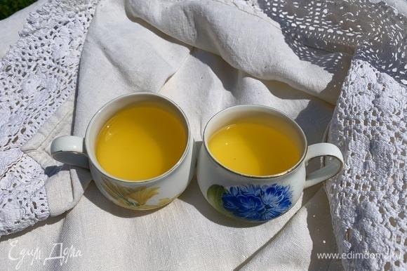 В горячей воде растворить пакет лимонного желе, хорошо размешать, разлить в формочки или чашки. Когда остынет, поставить в холодильник минут на 30–40.