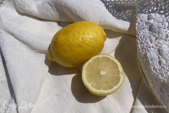 Натереть цедру одного лимона, выдавить в мороженое сок половинки лимона, все быстро взбить и поставить в морозилку минут на 10. Можно добавить сахарную пудру, если вы любите очень сладкое.