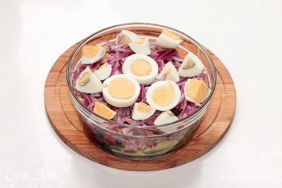 Добавить маринованный лук и крупно нарезанные вареные яйца. Зелень (у меня кинза) мелко порубить и добавить в салат.