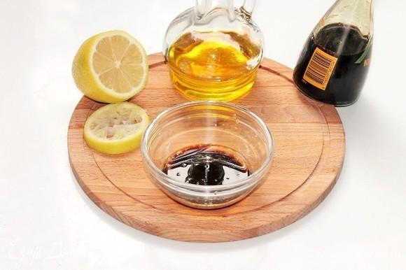 Для заправки смешиваем в миске оливковое масло, соевый соус «Легкий» и лимонный сок. Полить салат соусом и поперчить, аккуратно перемешать. Вместо соли у меня соевый соус. Если мало соли, посолите.