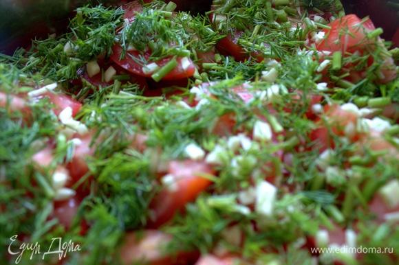 Посыпать помидоры слоем зелени.