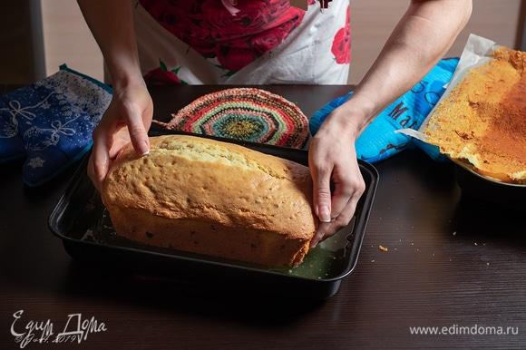 Горячий кекс вытряхнуть из формы, снять пергамент и поставить в сироп. Очень горячо! Пользоваться перчатками и прихватками! Я экстремал, за мной не повторять.
