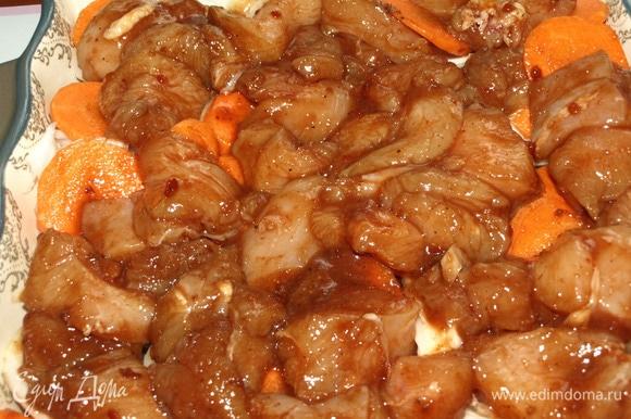 Сверху выкладываем куриное филе с маринадом. Отправляем в разогретую до 180ºС духовку на 35–40 минут (лучше ориентироваться на свою духовку).