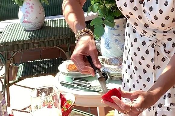У трех крупных ягод клубники срезать «шляпку» и вырезать сердцевину.