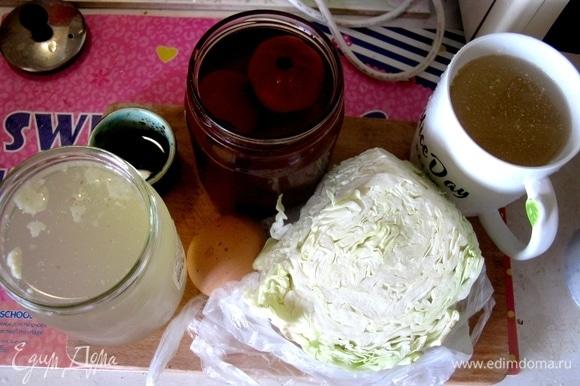 Лично я предпочитаю все ингредиенты все-таки перекипятить, хотя в оригинальном рецепте вся начинка готовится отдельно, кладется в тарелку, а потом заливается раствором из томатного сока (у меня томаты, засоленные в соке), кваса и телячьего бульона, взятых в равных долях.