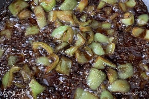 Все ингредиенты, кроме помидоров, нарезать на кубики, как на фото, чтобы удобно было есть) Положить в миску и налить соевого соуса — пусть маринуются (буквально несколько минут). Взять сковороду, налить немного масла и насыпать сахара, чтобы он расплавился. Обжариваем овощи, достав их из соевого соуса. Соус должен остаться в миске, где мариновались овощи. Обжарьте все овощи (сильно не увлекайтесь жаркой, просто чтобы подрумянились).