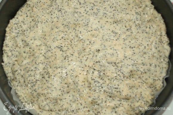 Через час тесто перекладываем на противень или в форму для запекания. Распределяем по форме (смажьте руки растительным маслом, если тесто липнет к рукам). Разогреваем духовку до 200°C.