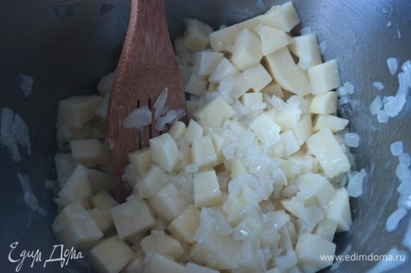 Затем добавить картофельные кубики, перемешать, прогреть слегка, дать объединиться вкусам. После того как вы добавите картофель, подержать на небольшом огне минуту-другую, не больше. Перемешивать.