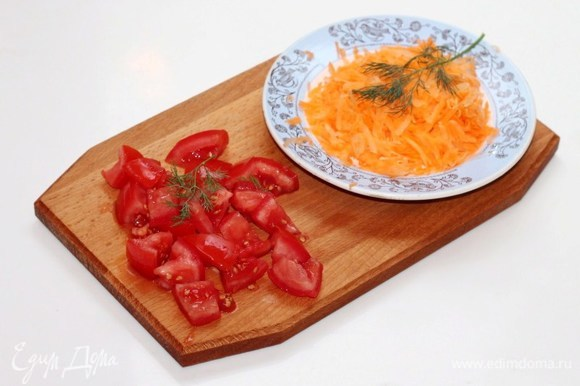 Натираем на крупной терке морковь (80 г). Помидор нарезаем дольками (150 г).