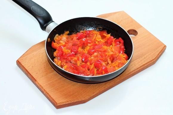 В сковороду с оставшейся пассеровкой (1/2 часть), добавляем сладкий перец и помидор, тушим до мягкости овощей (от 3–5 минут).