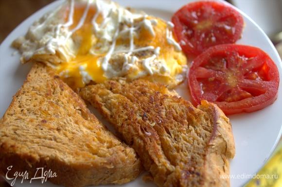 Как вам такой завтрак? Макать хлебушек в желток.