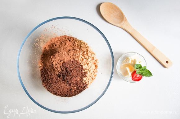 Смешать в чаше орехи, шоколад, какао и спред из растительных масел.