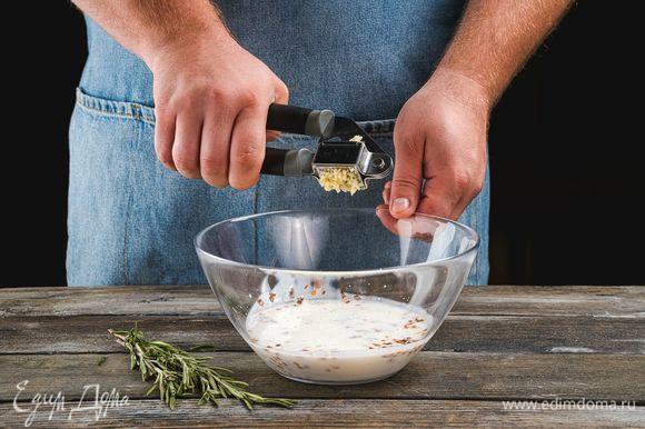 С веточек розмарина оборвите листики и добавьте половину в маринад. Чеснок пропустите через пресс и также добавьте к кефиру.