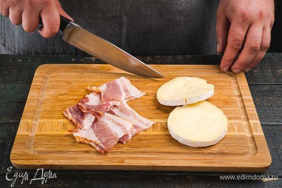 Бекон нарежьте, сыр разрежьте вдоль на две части.